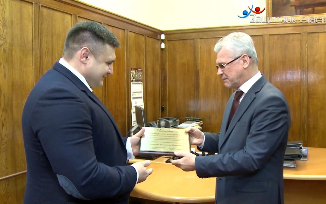 Председатель Фонда «Защитник счастья» вручил директору Российской Государственной библиотеки Сертификат благодетеля.