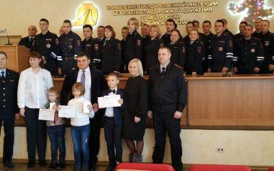 На мероприятии в ГИБДД Челябинской области Александр Сергеевич вручил детям памятные подарки
