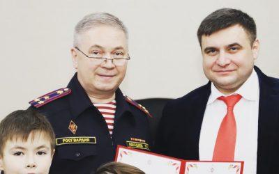 Полковник полиции Ринат Авхадиев вручил председателю Благотворительного фонда Александру Антоненко благодарственное письмо