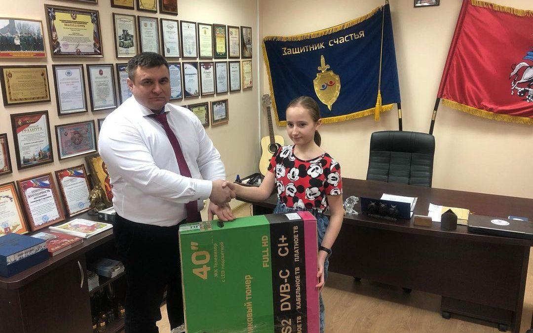 Президент благотворительного фонда «Защитник счастья» вручил телевизор Власенко Софии